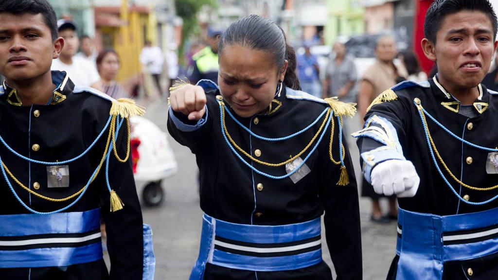 LAS LLUVIAS AMENAZAN LA B?SQUEDA DE VÕCTIMAS DEL DESLIZAMIENTO EN GUATEMALA