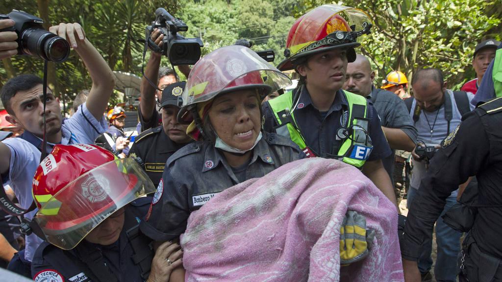 Reducen a cuatro la cifra de muertos por deslizamiento en Guatemala