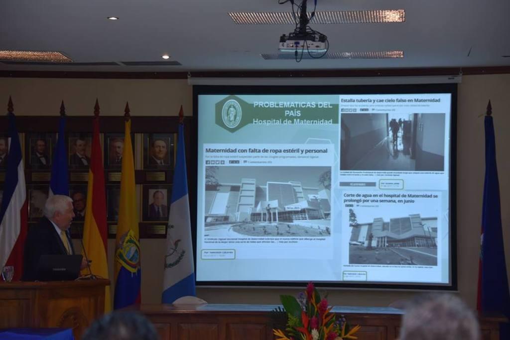 Miguel Majano, presidente del Colegio Médico de El Salvador, durante su ponencia sobre los problemas en los hospitales públicos.