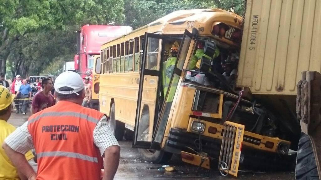Accidente bus y rastra