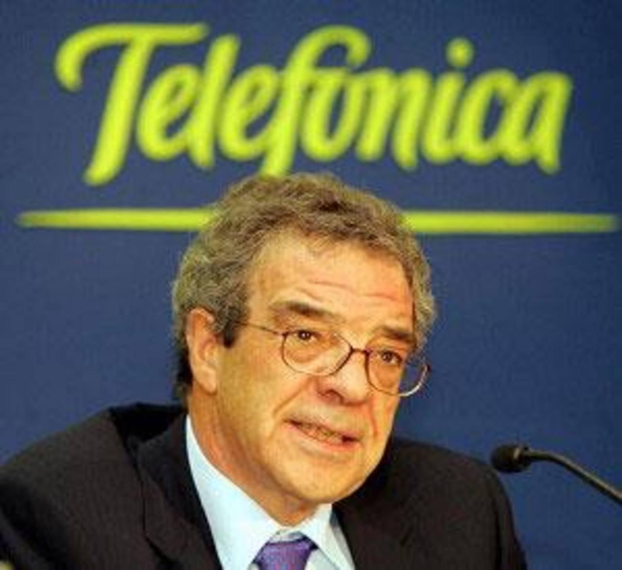 En la imagen, el presidente de la empresa, César Alierta, durante una rueda de prensa en la sede de Telefónica en Madrid el 27 de febrero de 2014. Telefónica inició el año con fuertes descenso en sus ingresos y resultados, afectados por la debilidad
