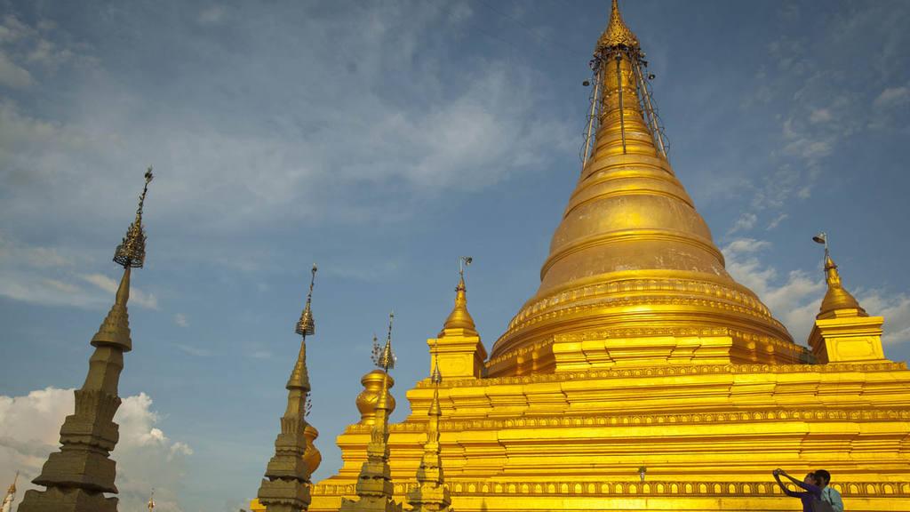 A couple take pictures at Sanda Muni Pagoda