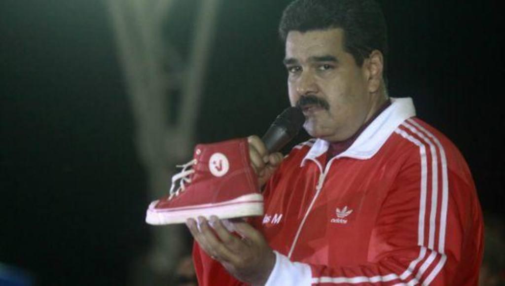 """Estas son las """"botas socialistas"""": Una copia de las Converse con el símbolo de JPsuv"""