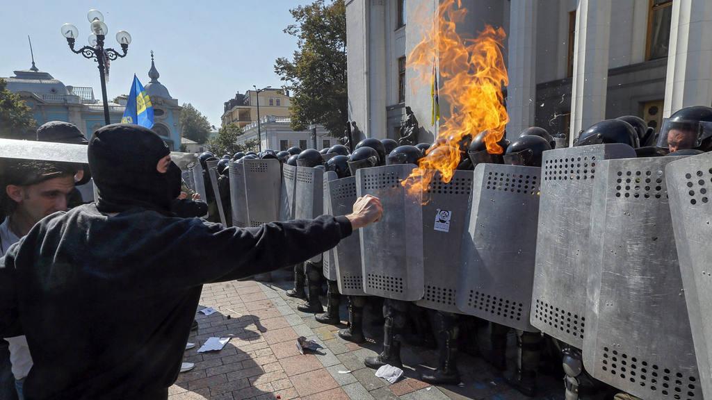 TREINTA MILITARES Y POLICÕAS HERIDOS EN CHOQUES JUNTO AL PARLAMENTO UCRANIANO