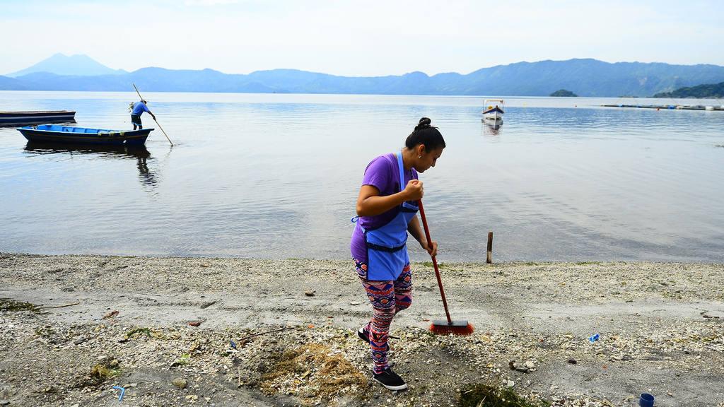 Alcaldía de Ilopango se une a la jornada de limpieza que dearrolla la Fundación Azteca, en el malecón Apulo Mamá