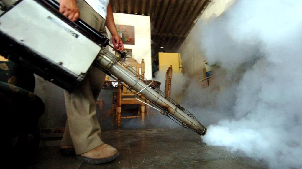 Trabajadores del Ministerio de Salud fumigan en colonias de Soyapango, San Salvador.