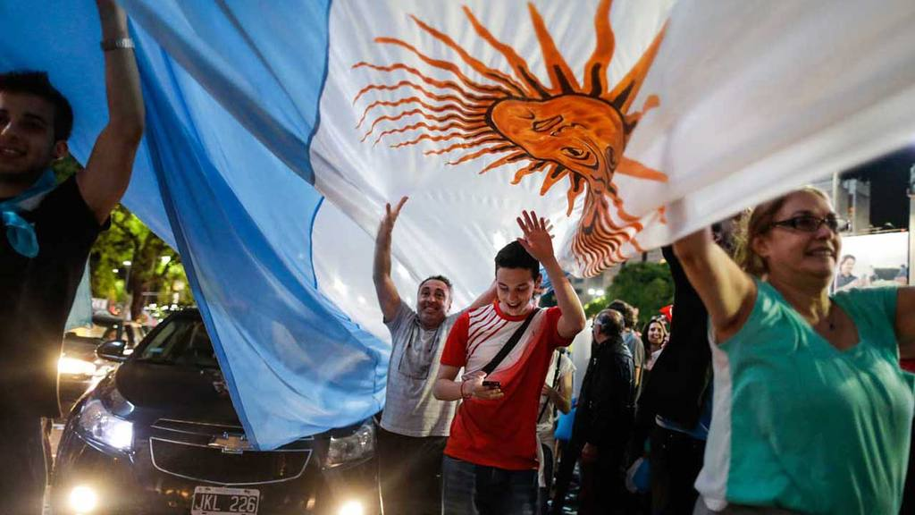 Supporters of opposition presidential candidate Mauricio Macri celebr