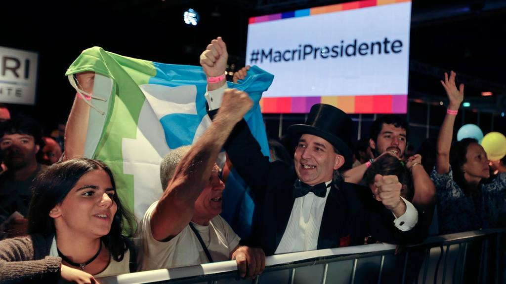 Supporters of opposition presidential candidate Mauricio Macri cheer