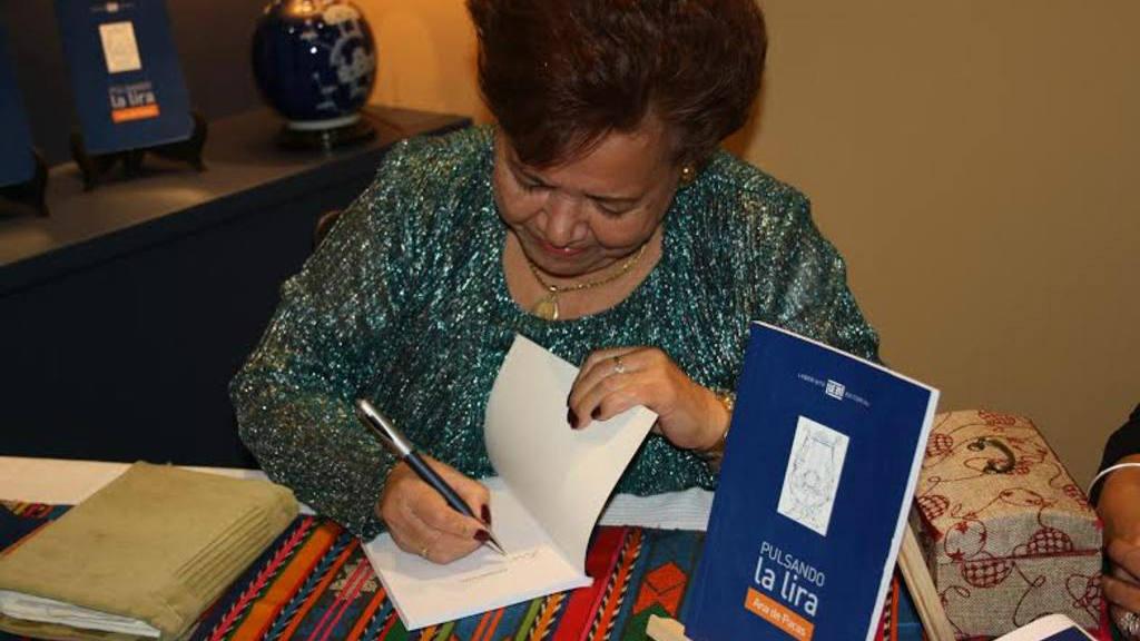 Salvadoreña Ana de Pacas presenta su libro: Pulsando la Lira