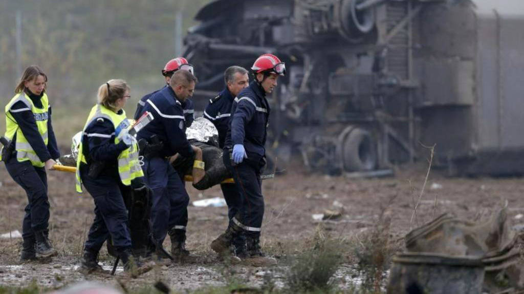 Diez muertos, uno de ellos menor, tras descarrilar un tren