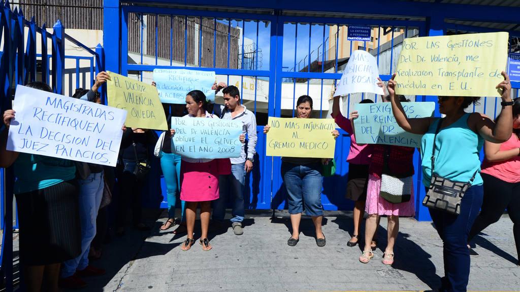 Los pacientes del servicio de Hematooncología protestaron en contra del despido del médico en diversas ocasiones.