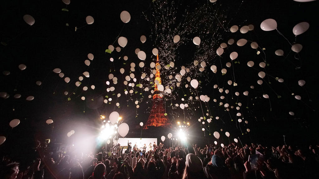 Peoples release balloons to celebrate the New Year with Tokyo Tower i