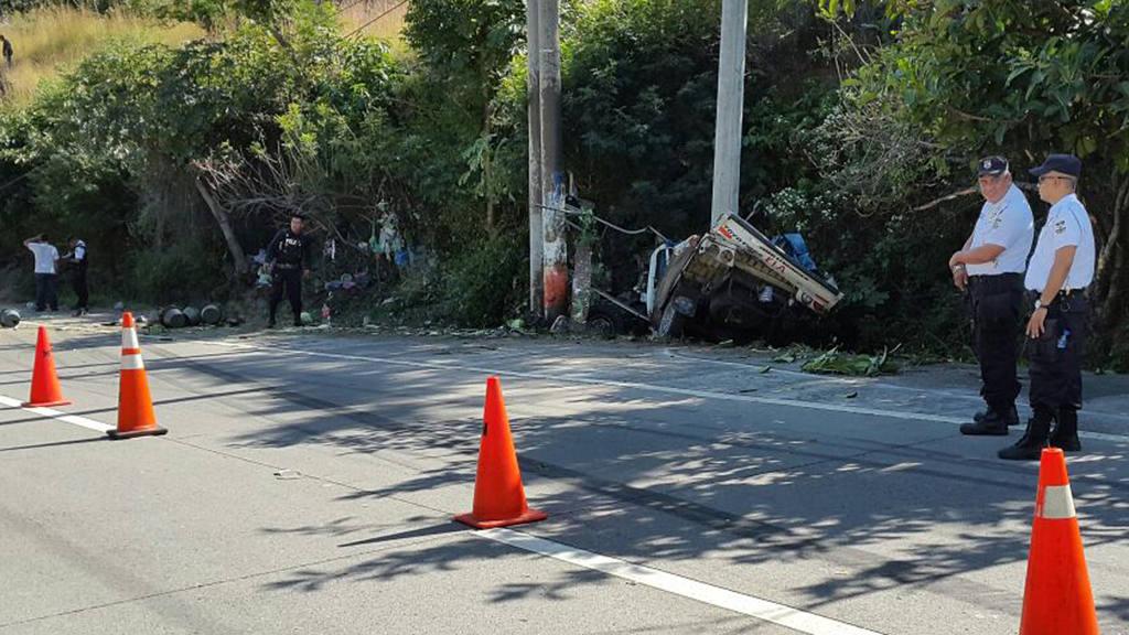 Dos muertos y varios heridos en accidente Autopista a Comalapa