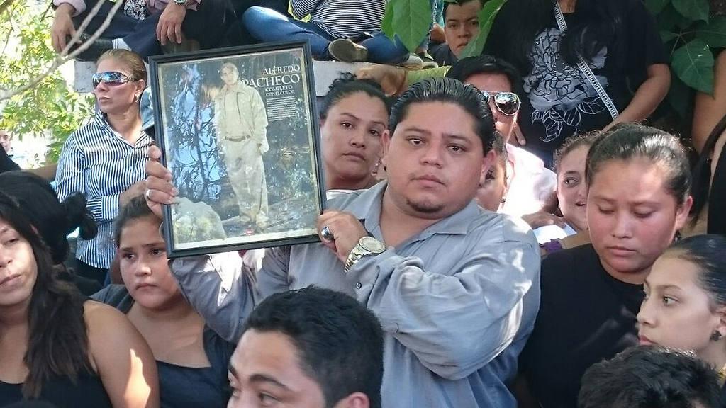 Masiva despedida de Alfredo Pacheco en Santa Ana