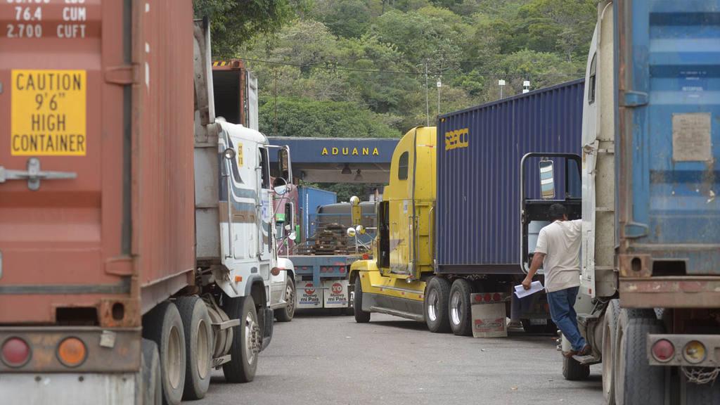 Transportistas de carga bloquearon por varias horas la frontera Angiatú, en Metapán,