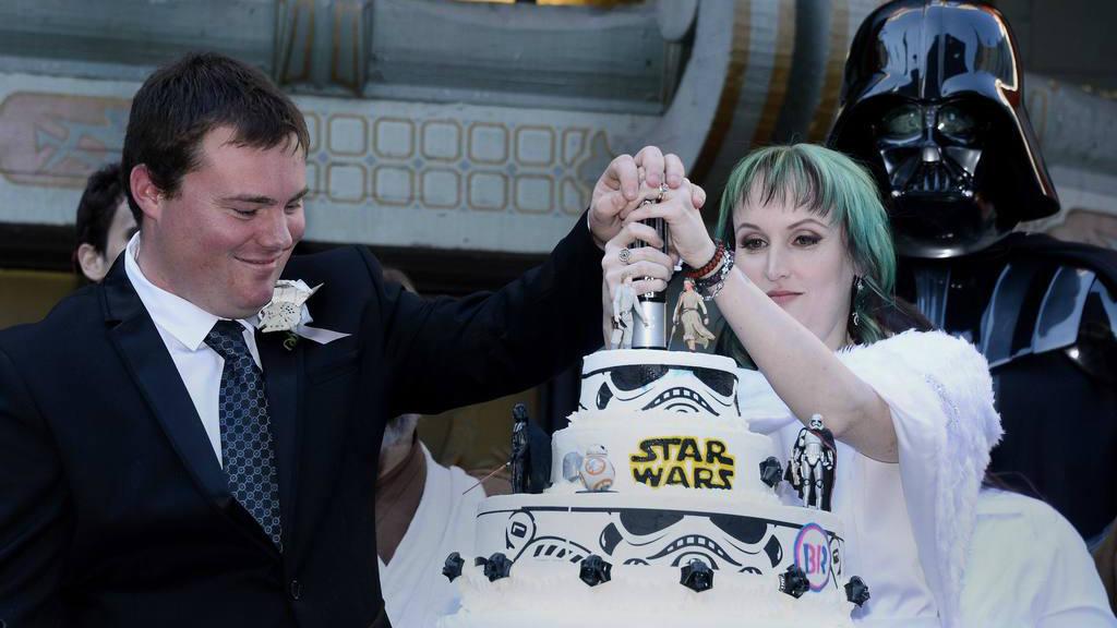 """Fans se casan en estreno de """"Star Wars"""""""