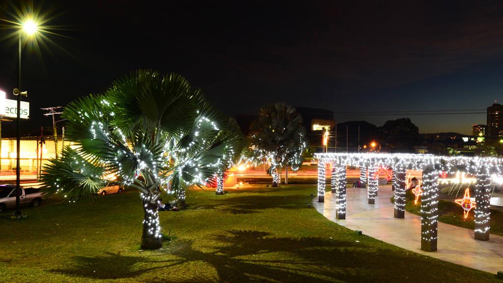 Coloridas luces iluminan San Salvador