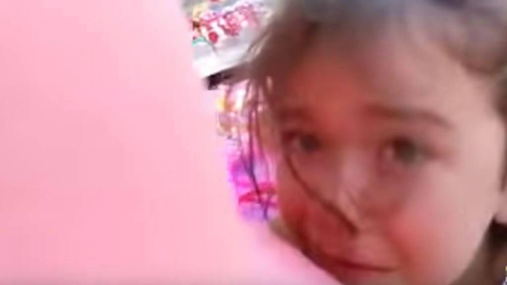 Mujer denuncia a niña de 4 años que la atropelló con su triciclo
