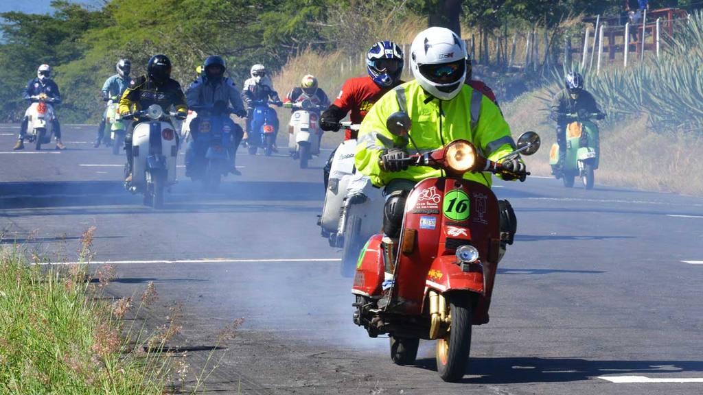 Primera carrera de Vespa en el autodromo el Jabali.