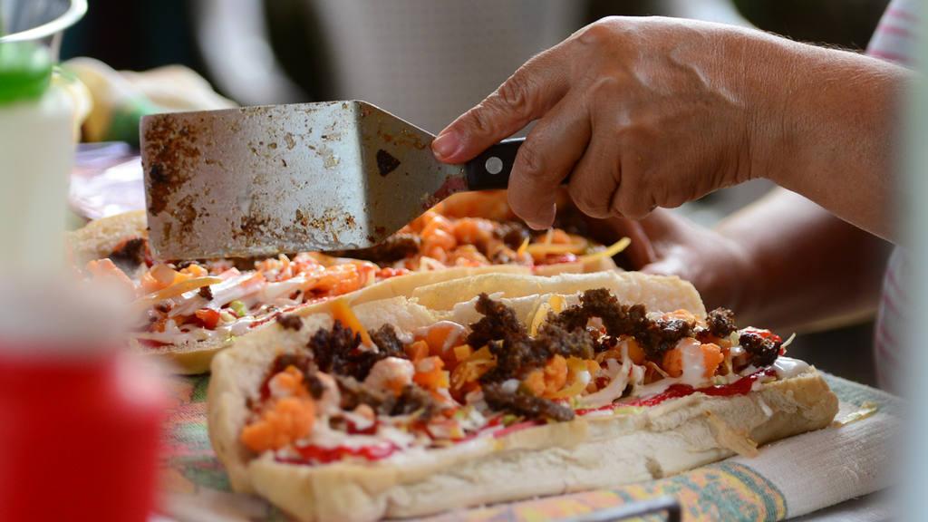Tambien el el Estadio de San Juan Opico los aficionados disfrutan de panes con pollo ricas tortas y papas fritas.