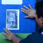 Franco Alexander Medrano, padre de la niña desaparecida pego panfletos en algunos lugares de la terminal de occidente con el fin de dar con el paradero de la bebe.