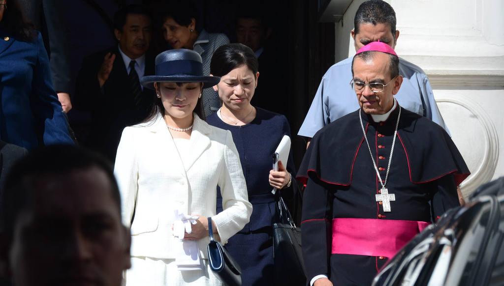 La Princesa Mako de Japón quien esta de visita en nuestro país es acompañada por Monseñor Gregorio Rosa Chavez despues de una corta vista a la tumba de Monseñor Arnulfo Romero.