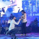 Joven pide matrimonio a su novia en concierto de Maná