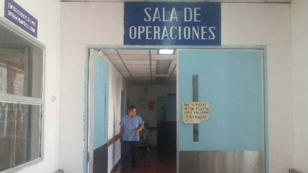 La falta de camas obliga a que varios pacientes se mantengan en los pasillos de Emergencias.