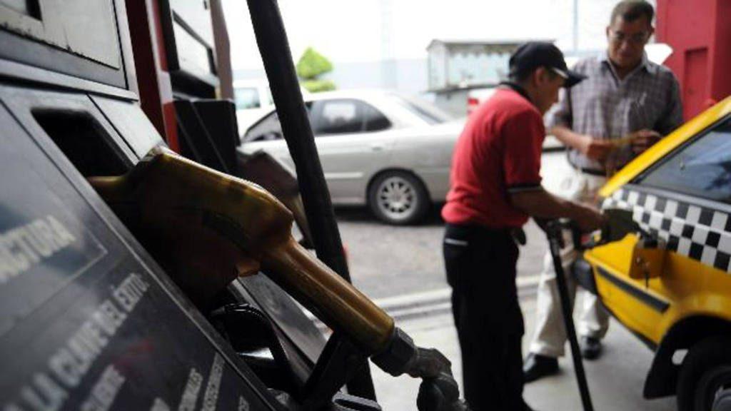 Las gasolinas disminuyen y el diesel aumenta