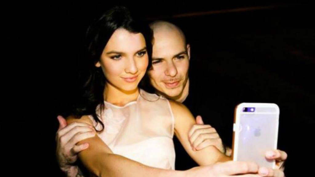 Pitbull y Maya Henry