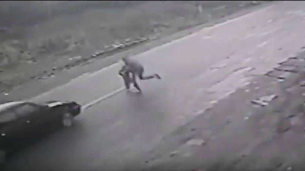 Hombre salva a niño de ser atropellado en Ucrania