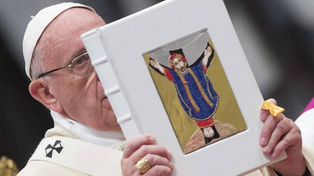 """El papa dice que la Iglesia, """"aun agitada y sacudida"""" no se derrumba"""