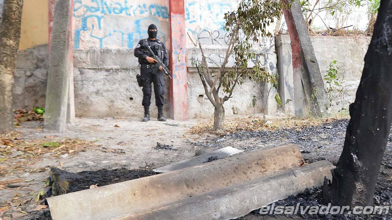 Varias colchonetas y otros artículos personales de los agentes fueron quemados en el atentado.