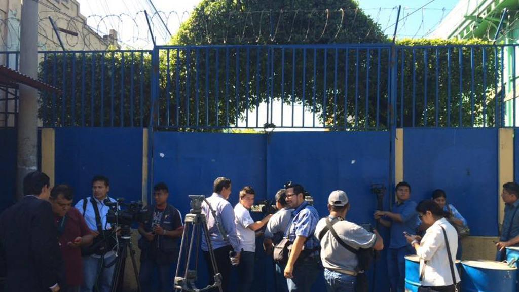 Momentos de captura del Payaso Sin Gracia (José Carlos Navarro) y otro sujeto por fraude cibernético. Allanamientos en varias casas y lugares.
