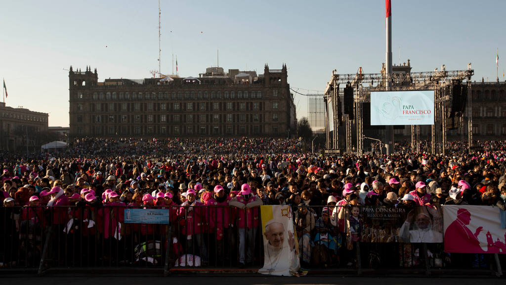 People wait the arrival of Pope Francis to the National Palace