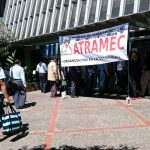Trabajadores de Educación se concentran frente a las oificinas de esa institución