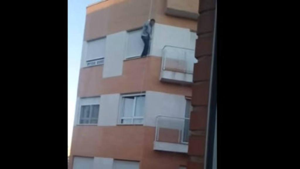 VIDEO: Hombre olvida sus llaves y muere al intentar entrar por la ventana
