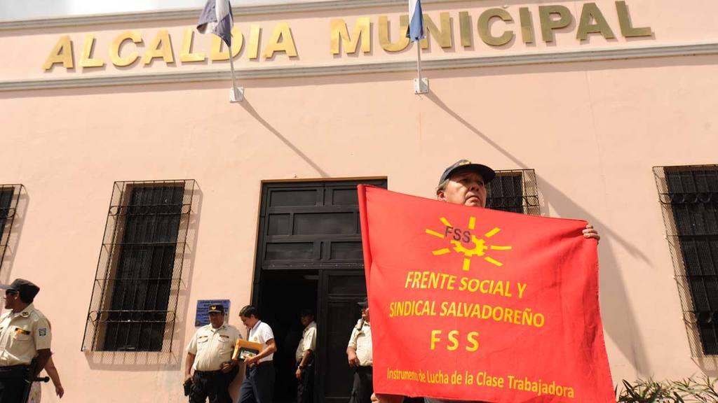 Sindicalistas protestan frente a alcaldía de Santa Tecla.