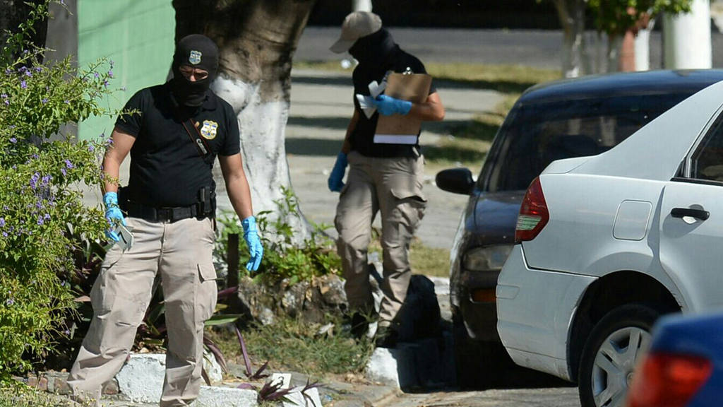 Triple Homicidio sobre  escena del triple sobre la 7av Norte San Salvador, los cuerpos han quedado dentro de un carro tipo Sedan.