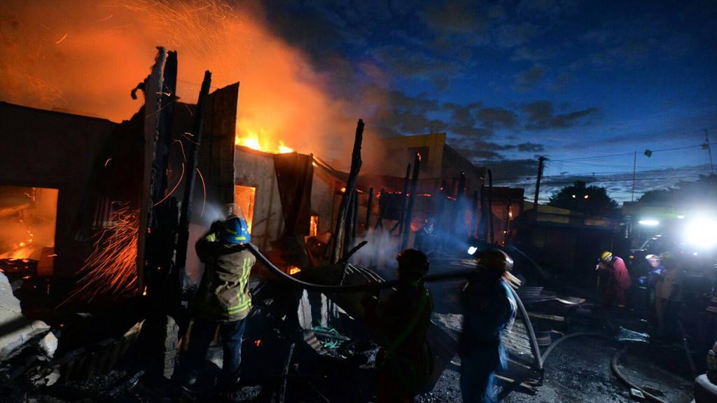 Incendio en fábrica de colchones y un hospedaje en el centro de San Salvador.