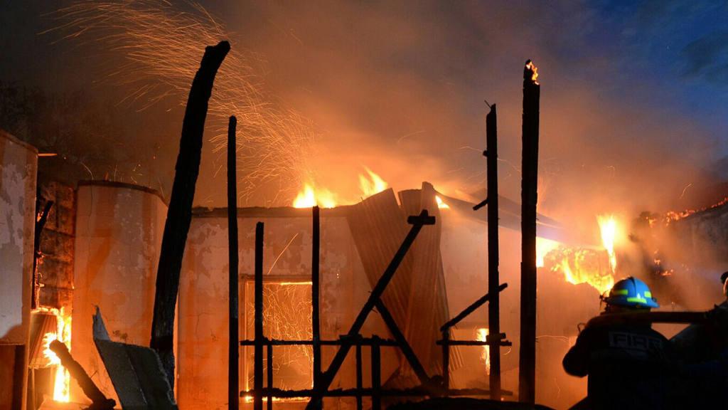 Incendio consume fabrica de muebles en San Salvador