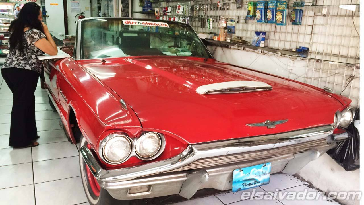 Vehículo Ford thunderbird modelo 1964 que aún es usado como caja registradora en disco almacén en la 4a Av nte y 1a calle oriente de san salvador