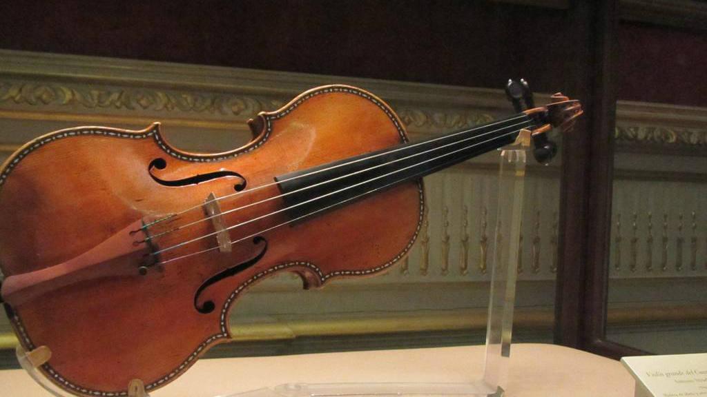 Hallan violín de $2.6 millones abandonado en tren en Alemania