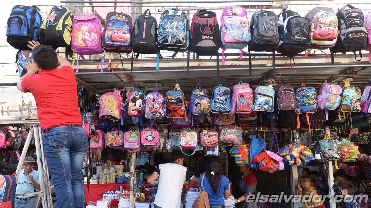 Cuadernos venta de útiles en el Centro de San Salvador.