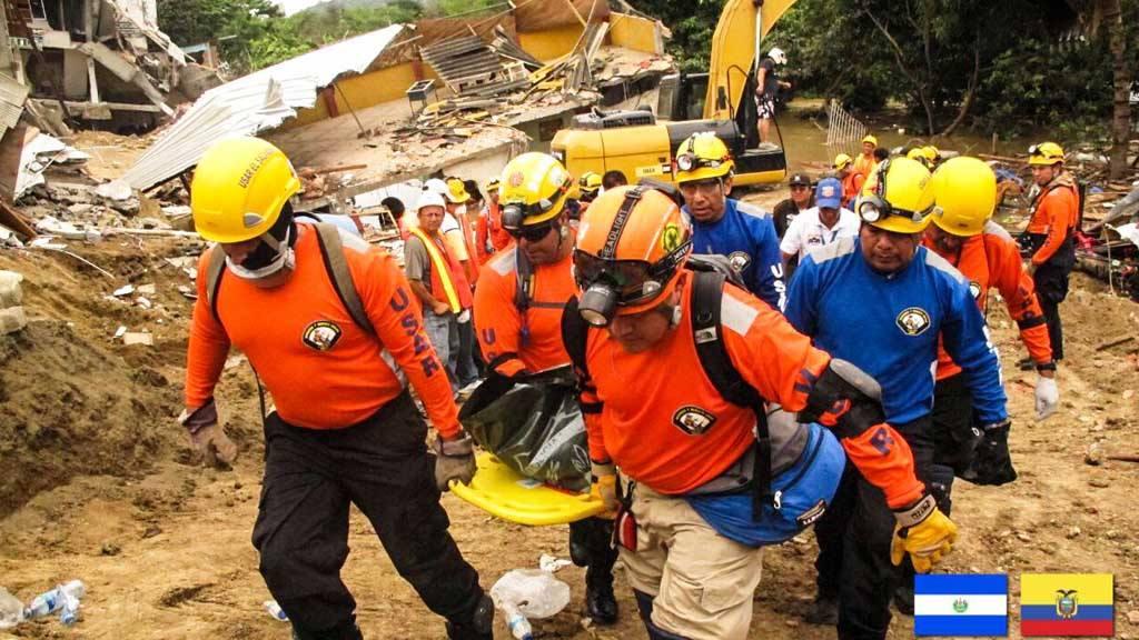 Grupo de rescatistas USAR prestan servicios de rescate de víctimas de terremoto en Ecuador.