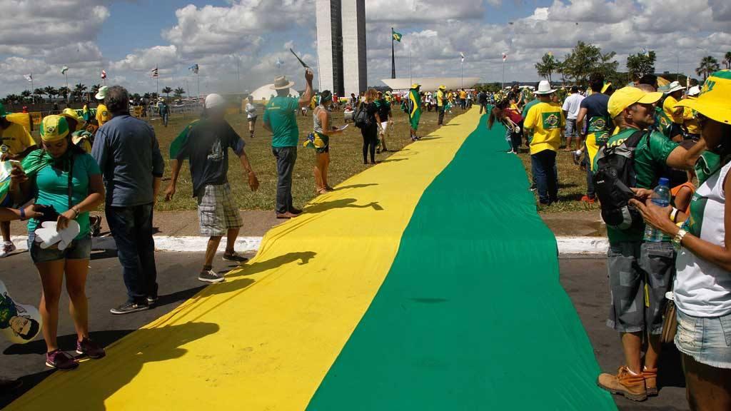 Algunos brasileños se manifiestan contra la presidenta Dilma Rousseff.