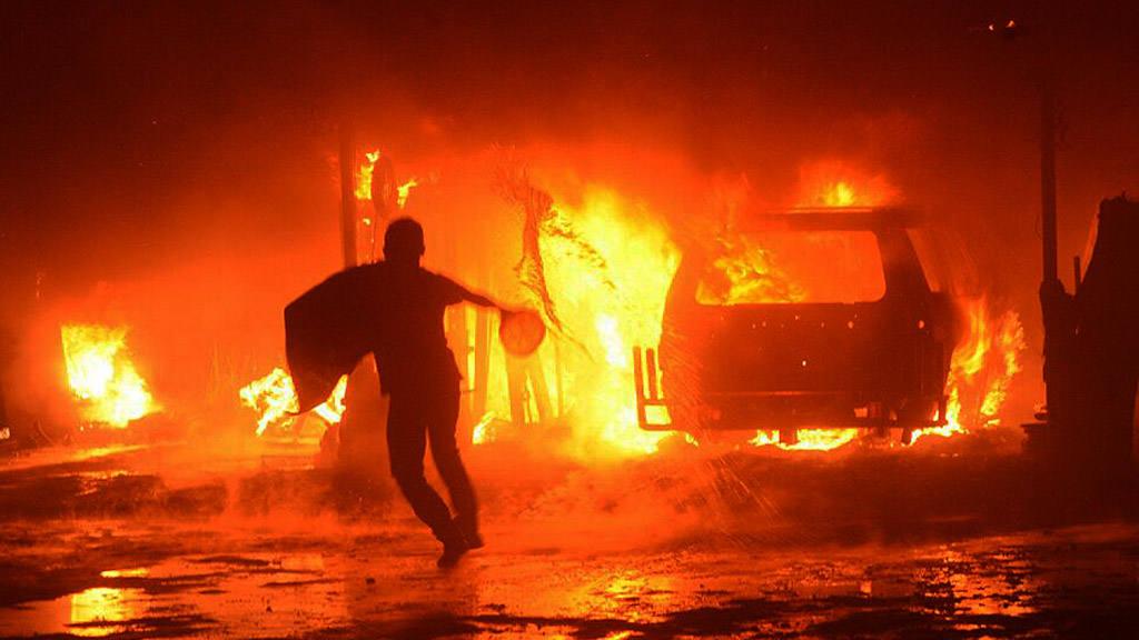Un fuerte incendio consume un taller en el boulevard Constitución.