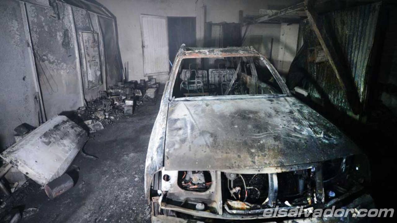Fuerte incendio en taller en bulevar Constitución