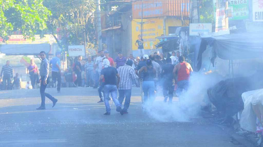 Los agentes de la UMO echaron gas pimienta a los protestantes y desplegaron un operativo.