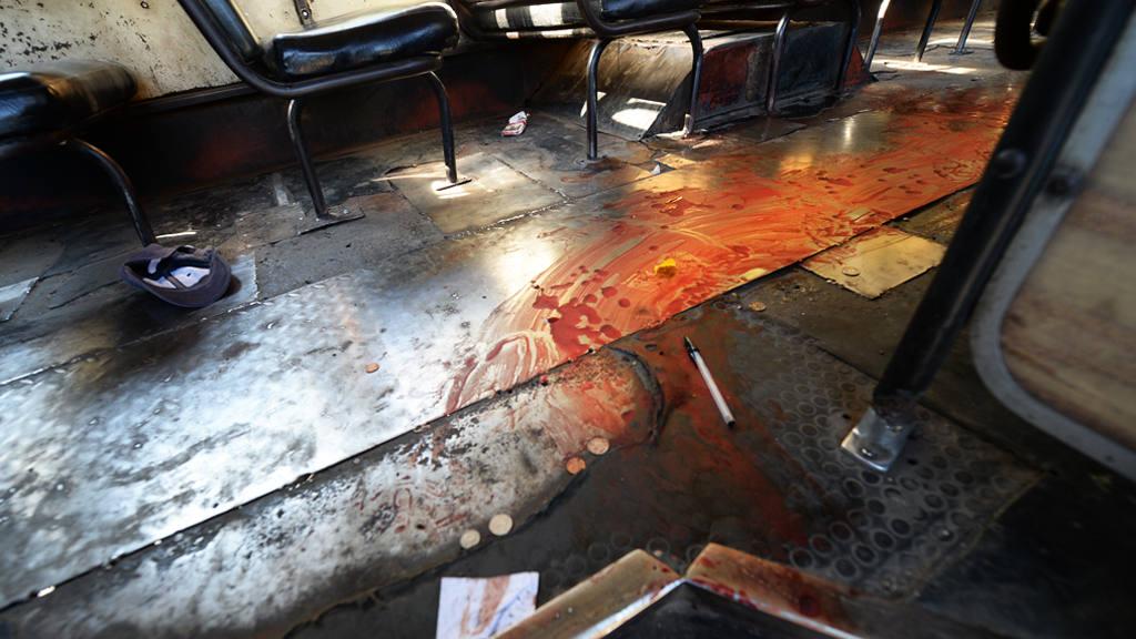 Varias pertenencias de los pasajeros quedaron tiradas en el piso luego del hecho.